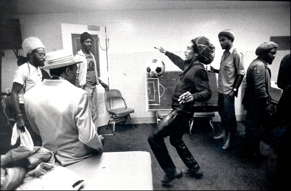 Bob Marley Jugando Futbol Monzther3